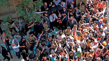 ประธานาธิบดีฝรั่งเศส Emmanuel Macron พูดกับฝูงชนในย่าน Gemmayzeh ของเบรุตซึ่งได้รับความเสียหายอย่างกว้างขวางในการระเบิดครั้งใหญ่เมื่อวันอังคาร