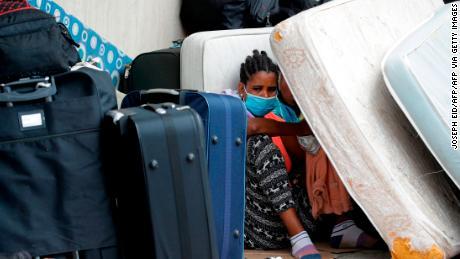 คนงานทำงานบ้านชาวเอธิโอเปียที่นายจ้างเลิกจ้างรวมตัวกันโดยมีทรัพย์สินอยู่นอกสถานทูตของประเทศใน Hazmiyeh ทางตะวันออกของเบรุตเมื่อวันที่ 24 มิถุนายน 2020