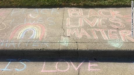 After a white man is repeatedly wiped out by a girl;  Black Lives Matter & # 39;  Drawing chalk in front of his house, neighbors stepped in to show support