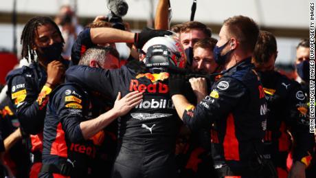 ทีม Red Bull มีความสุขหลังจากการขับรถที่ยอดเยี่ยมของ Max Verstappen เพื่อคว้าแชมป์ 70th Anniversary Grand Prix ที่ Silverstone