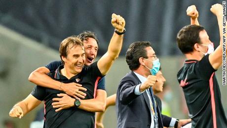 Sevilla'allenatore Julen Lopetegui (a sinistra) e il personale festeggiare al fischio finale, dopo la vittoria contro il Manchester United.