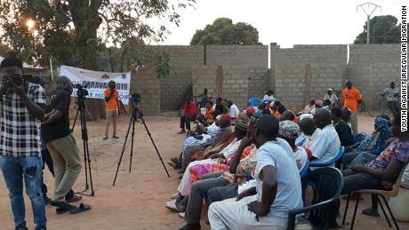 สมาชิก YAIM พูดกับสมาชิกในชุมชนเกี่ยวกับอันตรายของการย้ายถิ่นที่ผิดปกติ