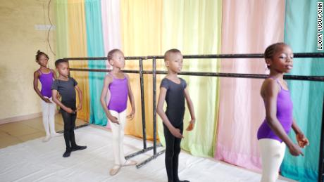 Daniel Ajala สอนนักเรียน 12 คนเต้นบัลเล่ต์ในบ้านลากอส