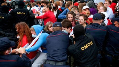ตำรวจกักตัวนักเรียนระหว่างการประท้วงในมินสค์เบลารุสวันอังคารที่ 1 กันยายน
