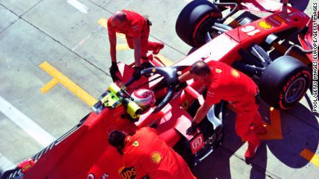 รถของ Charles Leclerc ถูกเข็นกลับเข้าไปในโรงรถ