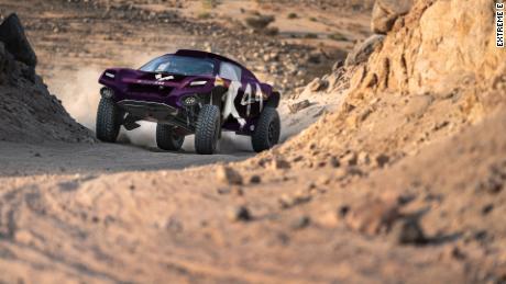 รถ X44 ขับไปบนลู่ระหว่างการทดลอง Extreme E