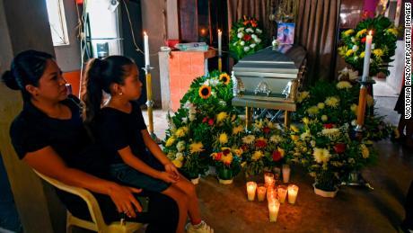 ผู้หญิงและเด็กผู้หญิงคนหนึ่งเข้าร่วมการปลุกของ Julio Valdivia นักข่าวชาวเม็กซิกันที่ถูกสังหารใน Tezonapa