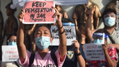 ผู้คนถือป้ายประท้วงต่อต้านการตัดสินใจให้อภัย Pemberton ในการเดินขบวนในกรุงมะนิลาประเทศฟิลิปปินส์เมื่อวันที่ 8 กันยายน 2020