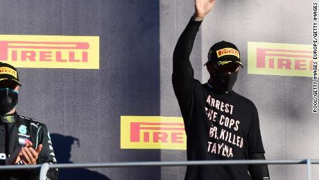 ลูอิสแฮมิลตันฉลองบนแท่นสวมเสื้อเพื่อแสดงความเคารพต่อ Breonna Taylor ผู้ล่วงลับ