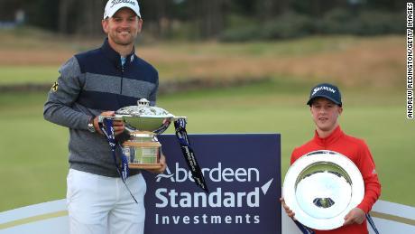 ลอว์เลอร์โพสท่ากับถ้วยรางวัล EDGA Scottish Open หลังจากคว้าแชมป์ร่วมกับ Bernd Wiesberger ที่ได้รับรางวัล Aberdeen Standard Investments Scottish Open