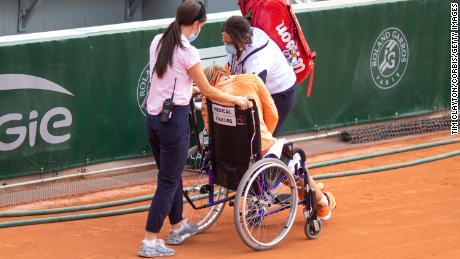 เบอร์เทนส์ถูกนำตัวออกจากสนามด้วยเก้าอี้รถเข็นหลังจากชนะการแข่งขันวิ่งมาราธอนกับเออร์รานี