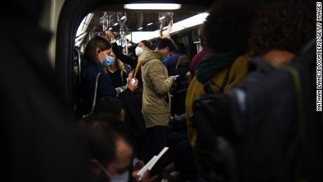 ผู้สัญจรไปมาด้วยรถไฟใต้ดินในชั่วโมงเร่งด่วนตอนเช้าของวันที่ 28 กันยายนในปารีส
