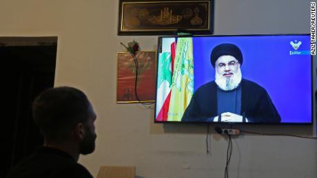ชายคนหนึ่งเฝ้าดู Sayyed Hassan Nasrallah ผู้นำเฮซบอลเลาะห์ของเลบานอนพูดทางโทรทัศน์ภายในร้านค้าใน Houla ทางตอนใต้ของเลบานอนเมื่อวันที่ 29 กันยายน 2020