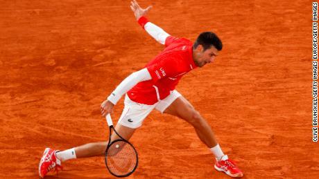 Djokovic เล่นแบ็คแฮนด์กับ Khachanov ในขณะที่เขาเข้าสู่รอบก่อนรองชนะเลิศ