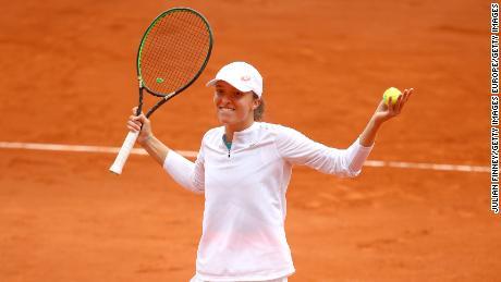 Swiatek แสดงปฏิกิริยาหลังจากชนะคะแนนการแข่งขันใน French Open รอบรองชนะเลิศ