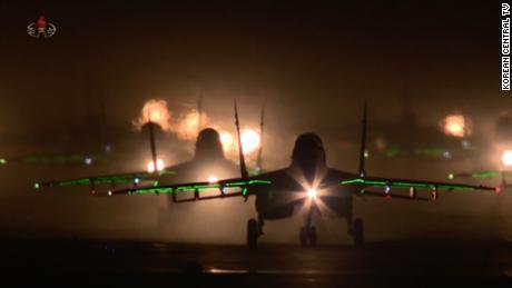 เครื่องบินรบของเกาหลีเหนือเตรียมที่จะบินขึ้นและบินเหนือสวนสนามของกองทัพในกรุงเปียงยางในวันเสาร์นี้