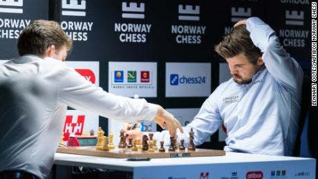 Jan-Krzysztof Duda (ซ้าย) จับมือ Magnus Carlsen ความพ่ายแพ้ครั้งแรกของเขาในรอบกว่าสองปีในการแข่งขันหมากรุกคลาสสิกระหว่างการแข่งขัน Norway Chess