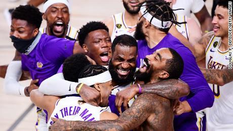 James รวมทีม Lakers ไว้ในเป้าหมายเดียว: การรักษาตำแหน่ง NBA เพื่อเป็นเกียรติแก่ตำนานแฟรนไชส์ Kobe Bryant ซึ่งเสียชีวิตพร้อมกับ Gianna ลูกสาววัย 13 ปีของเขาในอุบัติเหตุเฮลิคอปเตอร์ตกในเดือนมกราคมปีต้นปีนี้