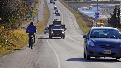 Uma fila de tráfego deixa Homer, Alasca, depois que uma ordem de evacuação por tsunami foi emitida para áreas baixas.