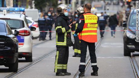 ตำรวจฝรั่งเศสและนักดับเพลิงยืนเฝ้าหลังการโจมตีในเมืองนีซเมื่อวันที่ 29 ตุลาคม