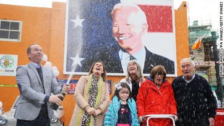 Joe Blewitt (ซ้าย) ลูกพี่ลูกน้องของ Joe Biden กับ Deirdre ภรรยาของเขา (จากซ้าย) ลูกสาว Lauren (7) Emer Bourke ป้าของเขา Breege Bourke และ Brendan Blewitt พ่อของเขาในขณะที่พวกเขาเริ่มเฉลิมฉลองโดยคาดหวังถึงผลลัพธ์ของ การเลือกตั้งของสหรัฐฯ.