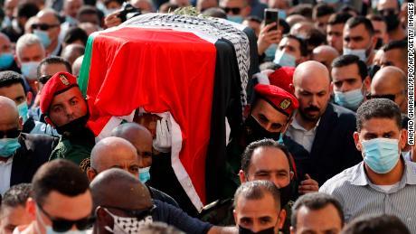 ผู้ร่วมไว้อาลัยชาวปาเลสไตน์และกองเกียรติยศถือโลงของ Saeb Erekat ในระหว่างขบวนแห่ศพของเขา
