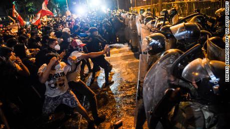 ผู้บาดเจ็บหลายสิบคนในเปรูขณะที่ผู้ประท้วงและตำรวจปะทะกันท่ามกลางวิกฤตทางการเมือง
