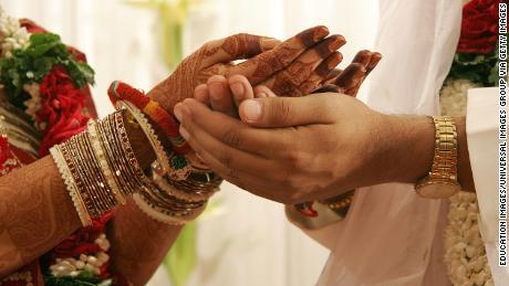 ปัจจุบันคู่รักหนุ่มสาวชาวอินเดียพบกันทางออนไลน์และใช้เวลาทำความรู้จักกันมากขึ้นก่อนที่จะแต่งงาน
