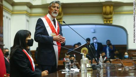 Francisco Sagasti สาบานตนเข้ารับตำแหน่งประธานาธิบดีแห่งสาธารณรัฐในสภาคองเกรสเมื่อวันที่ 17 พฤศจิกายน 2020