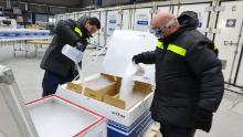دنیا اب خشک برف کے لپیٹ میں ہے۔ کورونا وائرس کی ویکسین لینے کے لئے صرف ایک سردرد ہے جہاں انہیں جانے کی ضرورت ہے