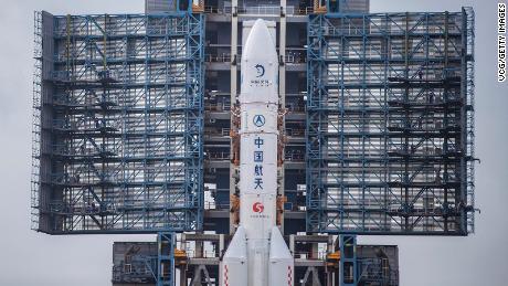 จรวด Long March-5 ซึ่งมียานสำรวจดวงจันทร์ใหม่ของจีน Chang & # 39; e-5 อยู่ด้านบนมีให้เห็นบนฐานปล่อยที่ Wenchang Space Launch Center เมื่อวันที่ 17 พฤศจิกายนในไห่หนานประเทศจีน