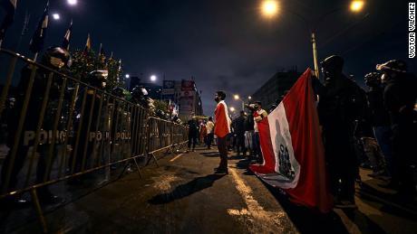 ผู้ประท้วงนอกสภาคองเกรสในกรุงลิมาประเทศเปรูเมื่อวันที่ 17 พฤศจิกายน