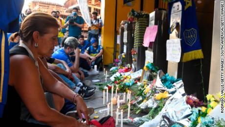 ผู้ร่วมไว้อาลัยและแฟน ๆ ของโบคาจูเนียร์สมารวมตัวกันที่สนามกีฬาลาบอมโบเนราเพื่อแสดงความเคารพต่อดิเอโกมาราโดนา