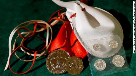 Examples of the two purses that the Queen distributed during the Royal Maundy Service in 2013.