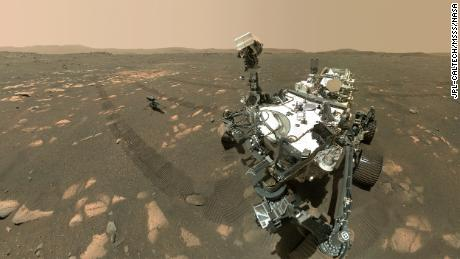 Penjelajah Mars Perseverance berfoto selfie dengan helikopter Ingenuity