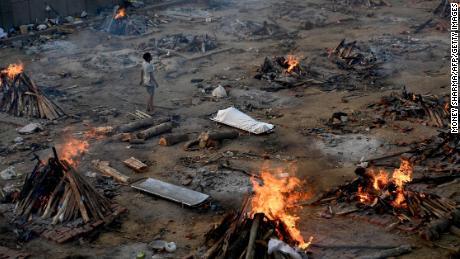 जैसा कि कोविड ने भारत में स्वीप किया, विशेषज्ञों का कहना है कि मामले और मौतें अप्रमाणित हो रही हैं