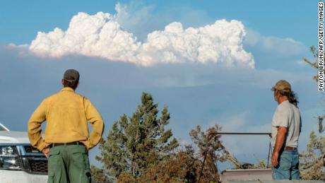 Ryan Berlin (L) und Bob Dillon, Spezialist für Brandschutz und Bildung, beobachten am 16. Juli 2021 die Rauchwolke von Bootleg Fire aus Dillons Haus in Beatty, Oregon.