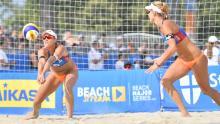 Hermannova passes the ball to Sluková-Nausch.