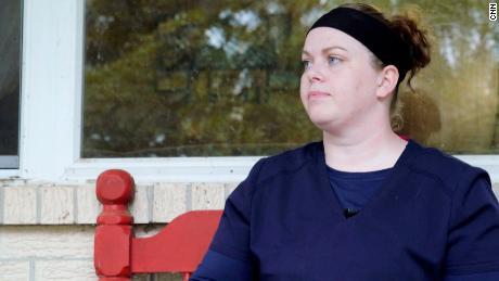 Det surrealistiske liv for sygeplejersker i Arkansas, der kæmper mod Covid-19 inde på hospitalet og fornægtelse på ydersiden