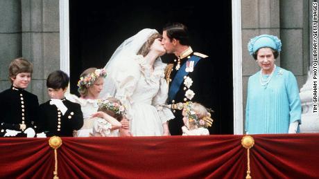 The newlyweds shared a kiss on the balcony of Buckingham Palace.