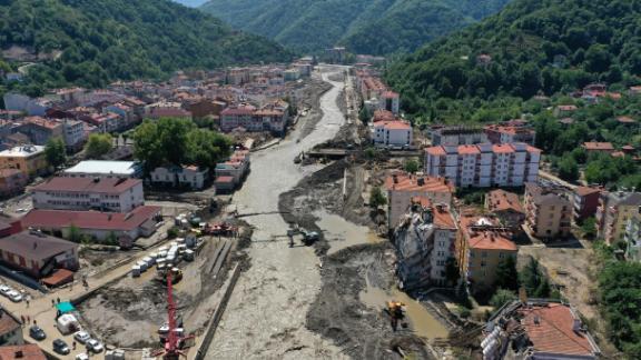 Una veduta aerea di un ponte di barche in costruzione sul torrente Ezine dopo che la pioggia torrenziale ha provocato inondazioni improvvise nella città di Bozkurt nella provincia di Kastamonu, in Turchia, il 15 agosto 2021.