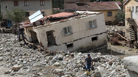 Una foto di un drone mostra il villaggio di Babacay dopo l'inondazione causata dalle forti piogge nel distretto di Ayancik a Sinop, in Turchia, sabato.