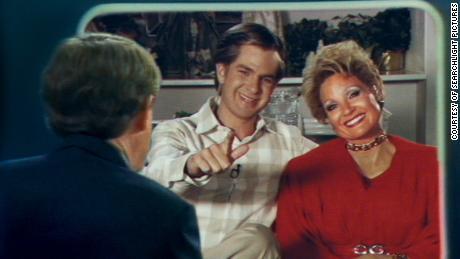 Andrew Garfield y Jessica Chastain como Jim y Tammy Faye Bakker en 'Los ojos de Tammy Faye'  (Cortesía de Searchlight Pictures).