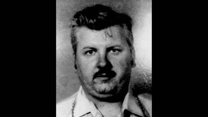 Ο John Wayne Gacy σκότωσε και βίασε 33 νεαρούς άνδρες και αγόρια πριν από τη σύλληψή του το 1978. Ο Gacy έθαψε τα περισσότερα θύματά του κάτω από το σπίτι του. Καταδικάστηκε στη θανατική ποινή και εκτελέστηκε τον Μάιο του 1994 σε ηλικία 52 ετών.