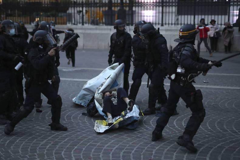 https://cdn.cnngreece.gr/media/news/2020/12/05/245720/photos/snapshot/xaos-parisi-dakrygona-fwties-1.jpg