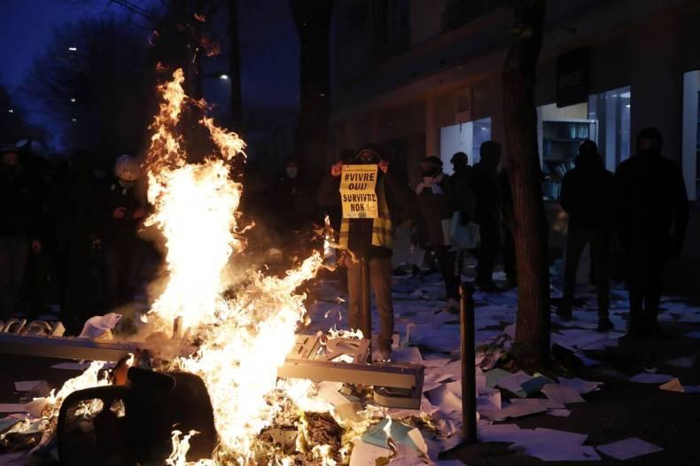 https://cdn.cnngreece.gr/media/news/2020/12/05/245720/photos/snapshot/xaos-parisi-dakrygona-fwties-7.jpg