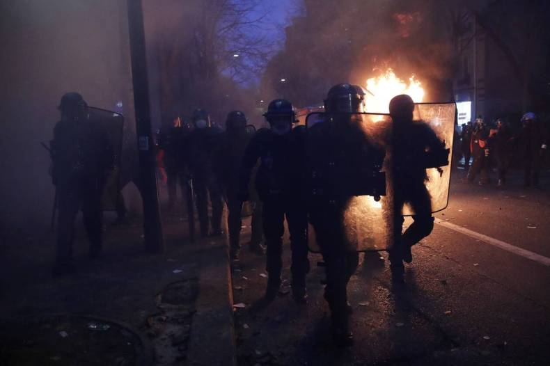 https://cdn.cnngreece.gr/media/news/2020/12/05/245720/photos/snapshot/xaos-parisi-dakrygona-fwties-8.jpg