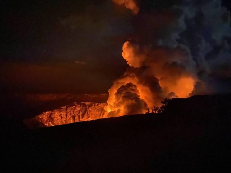 https://cdn.cnngreece.gr/media/news/2020/12/21/247642/photos/snapshot/Hawaii-volcano.jpg
