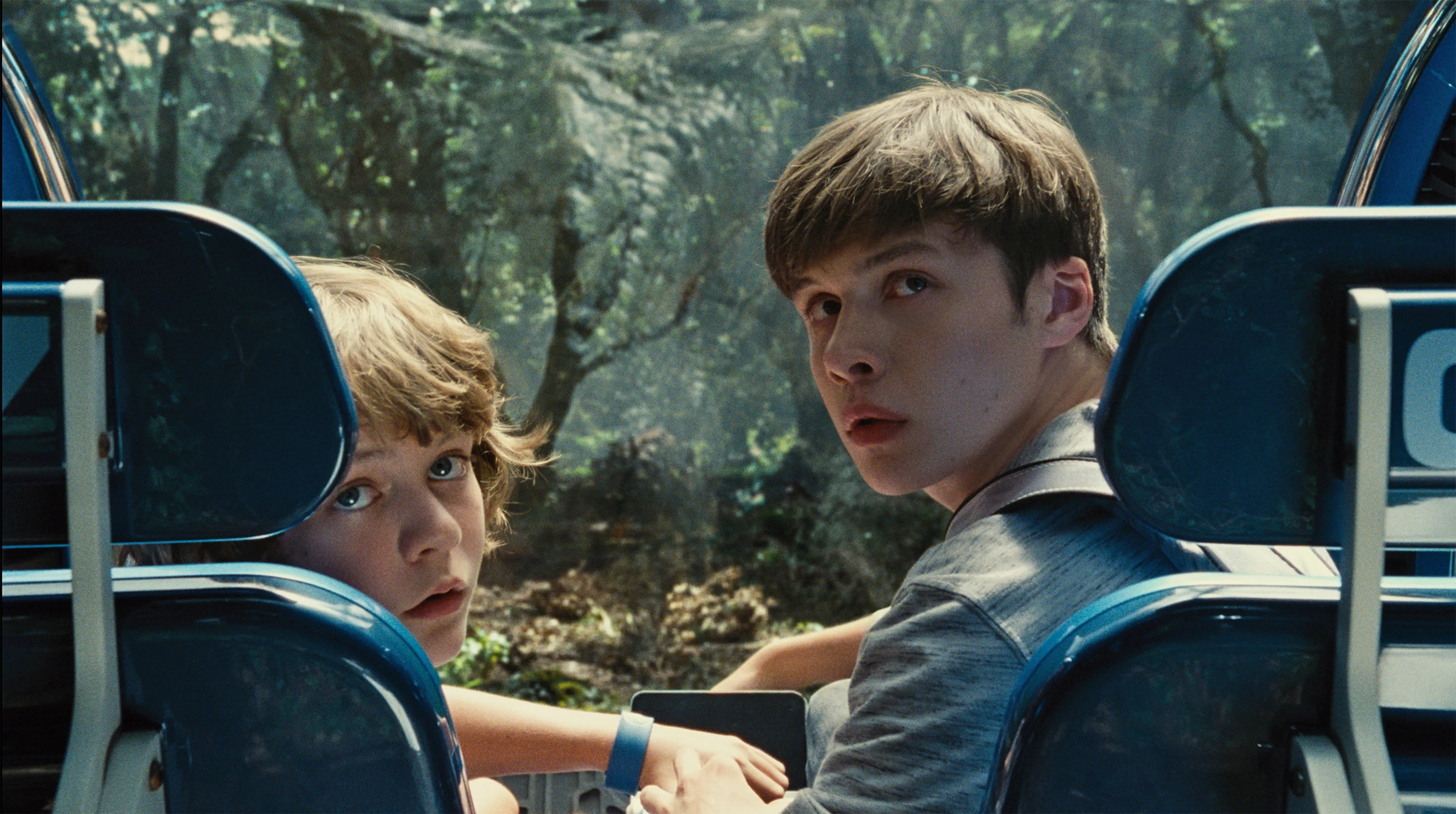 https://i0.wp.com/cdn.collider.com/wp-content/uploads/2015/06/jurassic-world-nick-robinson-ty-simpkins.jpg
