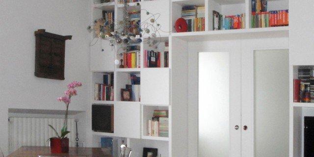 Separare cucina e soggiorno con un mobile a ponte sulla